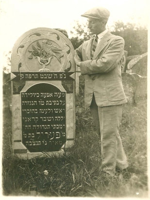Szydłów Leib Lenski at the grave of his sister Perl Ksienski, who died at the age of 15 in 1925.